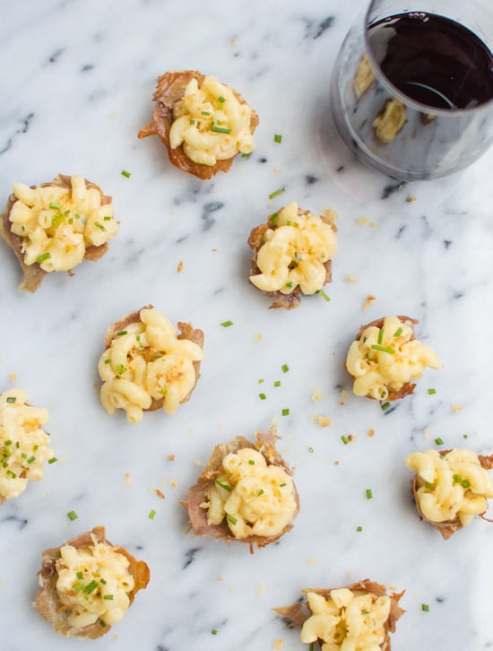 The best comfort food made into one AMAZING appetizer for parties - creamy macaroni and cheese proscuitto bites | healthynibblesandbits.com