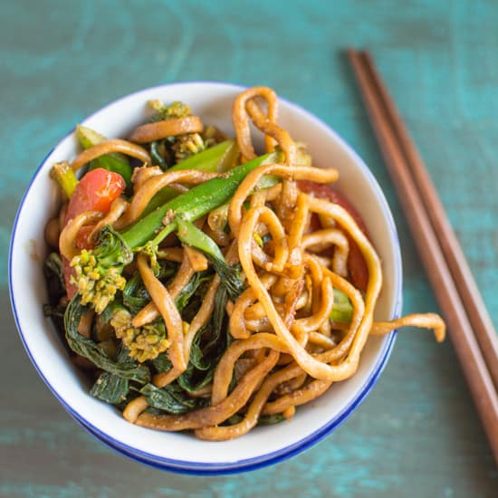 30 Minute Chicken Chow Mein | healthynibblesandbits.com