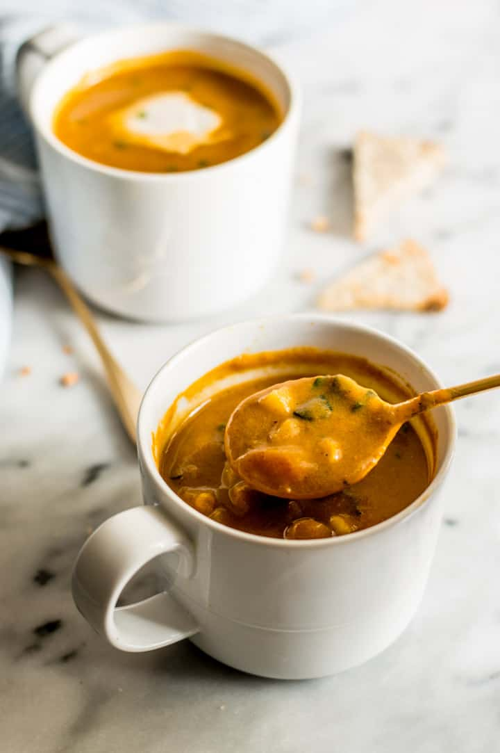10-Minute Spicy Pumpkin Curry Chowder in a Mug - super easy vegan and gluten-free meal! | healthynibblesandbits.com
