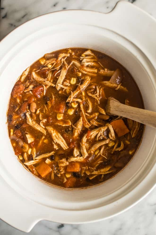 Easy Slow Cooker Chipotle Chicken Chili - a delicious meal with only 15 minutes of prep! | healthynibblesandbits.com