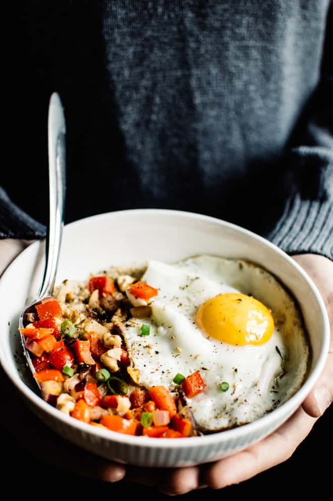 Savory Oatmeal Recipe with Cheddar and Fried Egg - perfect breakfast bowl ready in 10 minutes!
