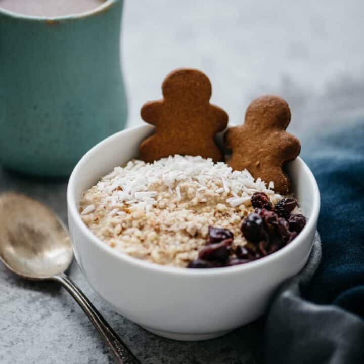 Gingerbread Overnight Oats - an easy breakfast recipe filled with gingerbread flavors! by @healthynibs