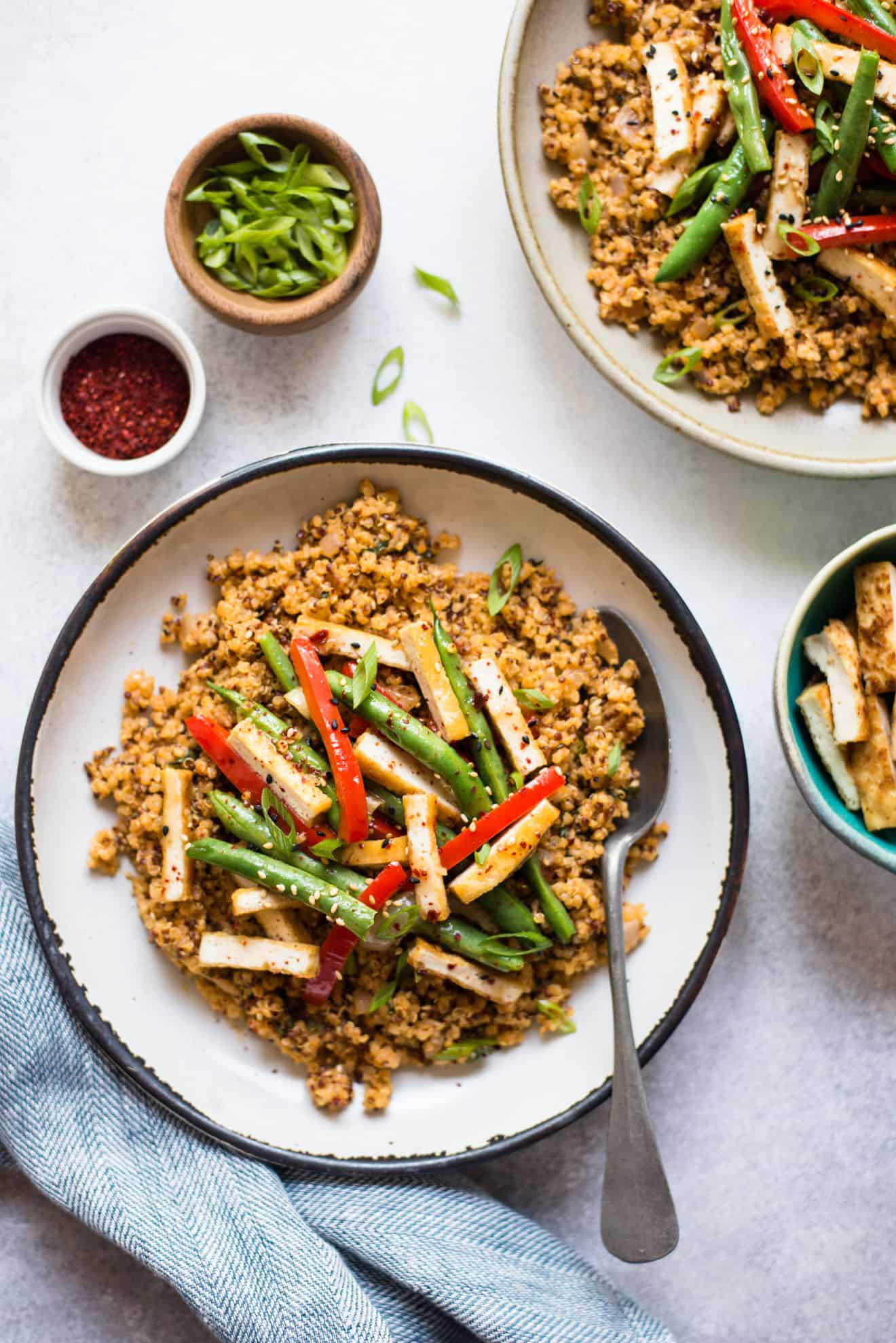 VEGAN Red Curry Quinoa: This simple vegan and gluten-dish is perfect for dinner and lunch!